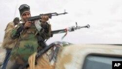 利比亞反政府武裝繼續與政府軍激戰。