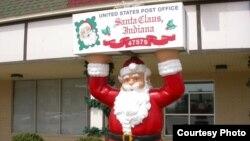 Bưu điện ở Santa Claus, Indiana, nơi những bản nhạc Giáng Sinh được chơi 12 tháng một năm, và nhiều người để nguyên những trang trí lễ Giáng Sinh suốt năm trong nhà
