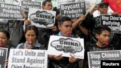 Demonstran dari kelompok aktivis Konfiderasi Buruh Sosialista Nasional dalam sebuah aksi protes mengenai konflik sengketa Laut China Selatan dengan China, di luar Konsulat China di Makati City, Manila (10/7).