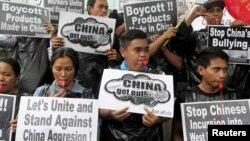 Người Philippines biểu tình thổi còi bên ngoài Lãnh sự quán Trung Quốc tại thành phố Makati, Manila, ngày 10/7/2015.