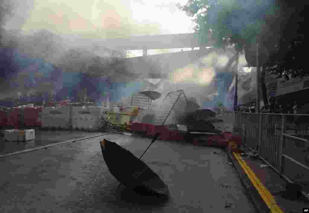 سنگربندی و دود در جریان تظاهرات معترضان در هنگ کنگ