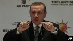 PM Turki Recep Tayyip Erdogan memberikan pengarahan kepada para walikota dari partainya, Partai Keadilan dan Pembangunan di Ankara (13/6).