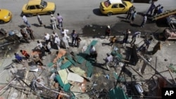 이라크 인들이 차량 폭탄 테러 현장을 둘러보고 있다 (자료사진)