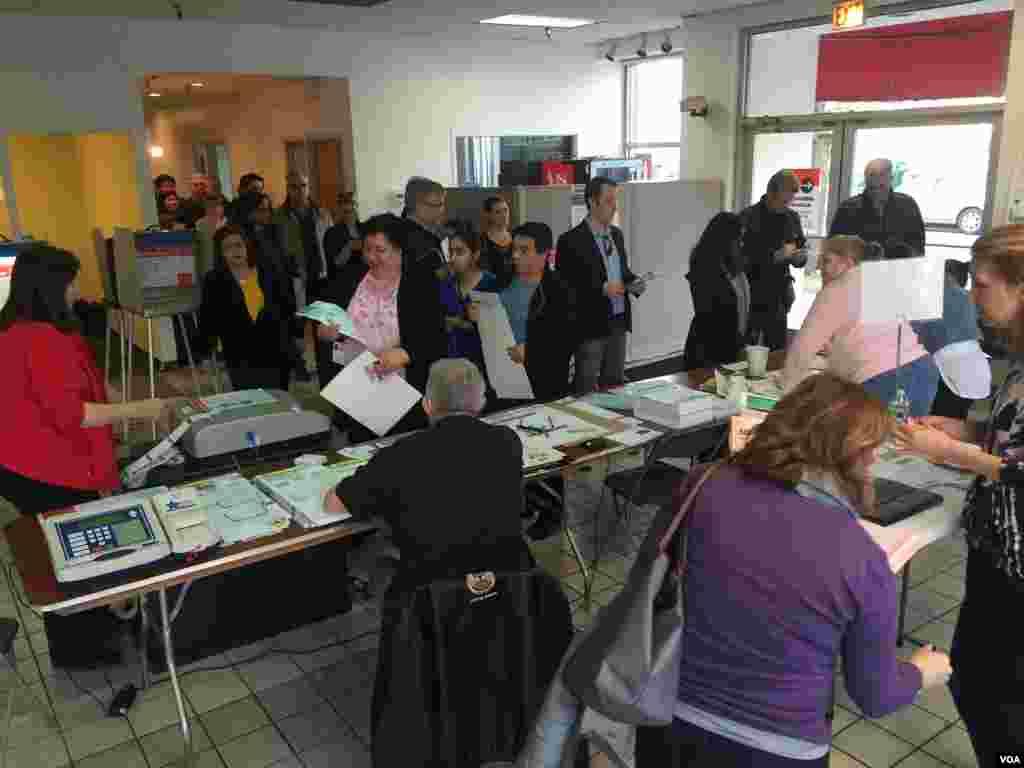 مردم در یک حوزه رای گیری در شهر شیکاگو، مهمترین شهر ایالت ایلینوی.