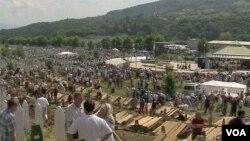 Tempat pemakaman muslim Bosnia korban pembantaian di Srebrenica.