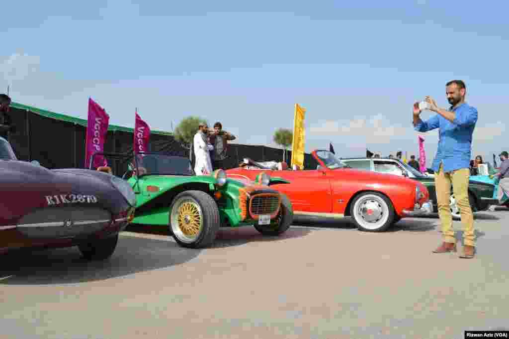 مختلف ماڈلز کی دہائیوں پرانی گاڑیاں اب بھی پرکشش دکھائی دیتی ہیں۔