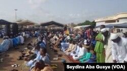 Des sénégalais célébrent la Tabaski ce vendredi 1er septembre 2017 à Dakar. (VOA/Seydina Aba Gueye)