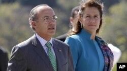 El presidente mexicano Felipe Calderón, acompañado de su esposa Margarita Zavala, llegó este mediodía a Haití.