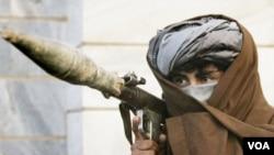Anggota kelompok Taliban mengusung peluncur roket (foto: dok).