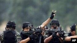 چین کی 'پیپلز لبریشن آرمی' کے جوان انسدادِ دہشت گردی کی ایک فوجی مشق کے دوران