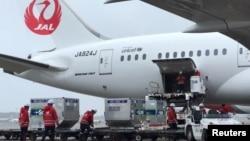 日本工人把日本捐贈給台灣的新冠病毒疫苗裝入即將飛往台灣的飛機。(2021年6月4日)