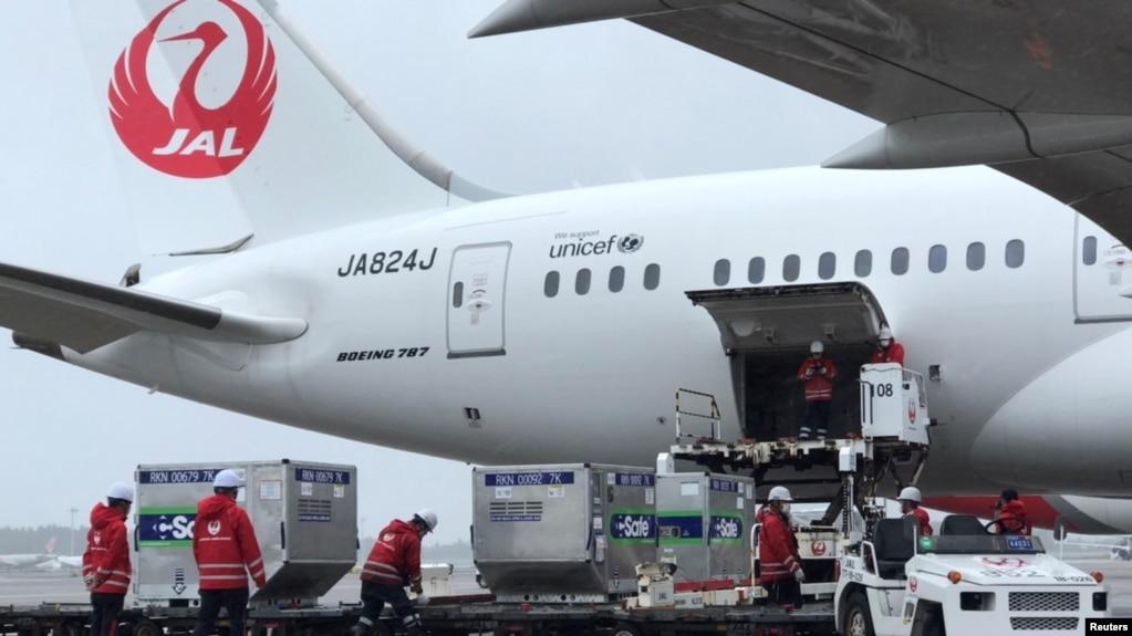 日本工人把日本捐赠给台湾的新冠病毒疫苗装入即将飞往台湾的飞机。(2021年6月4日)