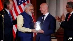 PM India Narendra Modi menyerahkan penghargaan pemerintah India 'Global Leadership award' kepada pendiri dan CEO Amazon, Jeff Bezos dalam KTT di Washington, Selasa (7/6).