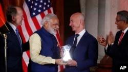 Le fondateur d'Amazon Jeff Bezos et le Premier ministre Narendra Modi se rencontre lors d'une réunion d'affaire à Washington, le 7 juin 2016.