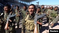 Pasukan Demokratik Suriah (SDF) merayakan peringatan pembebasan provinsi Raqqa yang pertama dari tangan kelompok Islamic State di Raqqa, Suriah, 27 Oktober 2018 (foto: Reuters/Aboud Hamam)