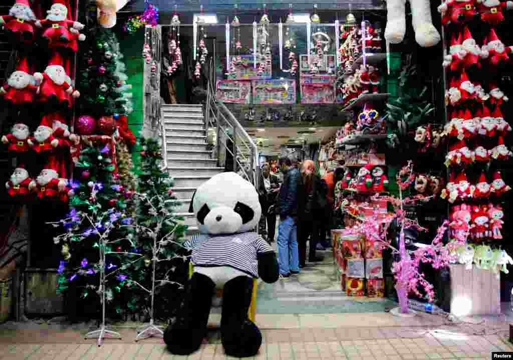 Посетители магазина игрушек в Каире выбирают подарки для детей на Рождество. Каир, Египет, 25 декабря 2017