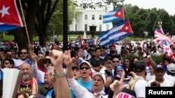 古巴裔美国人示威者和支持者在白宫对街的拉法耶特公园举行抗议,呼吁美国支持古巴抗议者。(2021年7月26日)