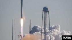 安塔瑞斯号运载火箭从美国的维吉尼亚州升空