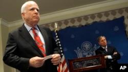 Los senadores McCain y Graham durante una rueda de prensa en el Cairo.