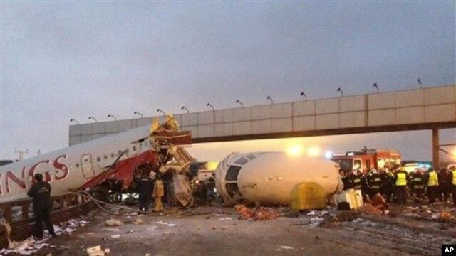 활주로를 이탈해 공항 인근 고속도로로 미끄러진 사고 여객기