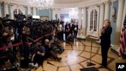 امریکی وزیر خارجہ ہلری کلنٹن واشنگٹن میں وکی لیکس کے حالیہ اجراء کے بارے میں صحافیوں سے بات کررہی ہیں۔ واشنگٹن، 29 نومبر، 2010