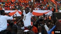 Le chanteur Davido lors d'une campagne électorale de Roch Marc Kabore, à Ouagadougou, Burkina Faso, le 27 novembre 2015.