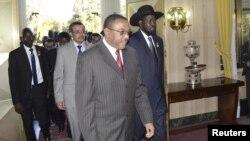 Presiden Sudan Selatan Salva Kiir (depan) berjalan bersama tuan rumah PM Ethiopia Hailemariam Desalegn, untuk berunding dengan pemimpin Sudan di Addis Ababa (4/1).