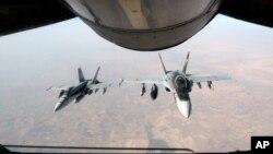 지난해 10월 ISIL 공습에 투입된 미군 전투기가 공중 주유를 마쳤다. (자료사진)