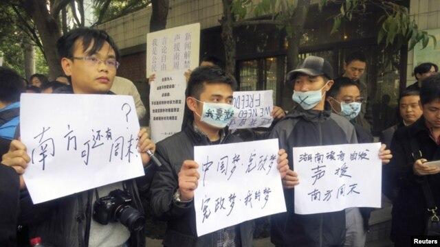 Warga di Guangzhou, provinsi Guangdong melanjutkan aksi unjuk rasa di depan kantor harian Southern Weekly menentang sensor ketat oleh pemerintah komunis Tiongkok (8/1).