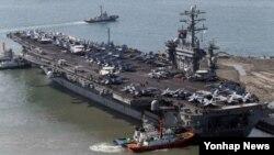 지난 11일 한국 부산 해군기지에 입항하는 미국의 핵 추진 항공모함 니미츠호 (자료사진)