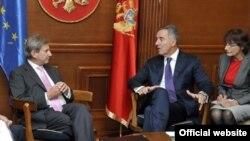 Evropski komesar Johanes Han i crnogorski premijer Milo Đukanović tokom susreta u Podgorici (gov.me)