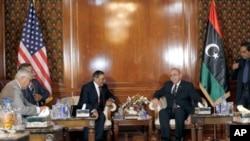 리비아 트리폴리를 방문해 압델-라힘 알-키브(우) 리비아 국가과도위원회(NTC) 임시총리와 회담을 나누는 파네타 미 국방장관