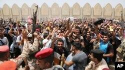 12일 이라크 바그다드에서 정부군 자원병들이 알카에다 연계 무장단체 ISIL에 대항하여 슬로건을 외치고 있다.