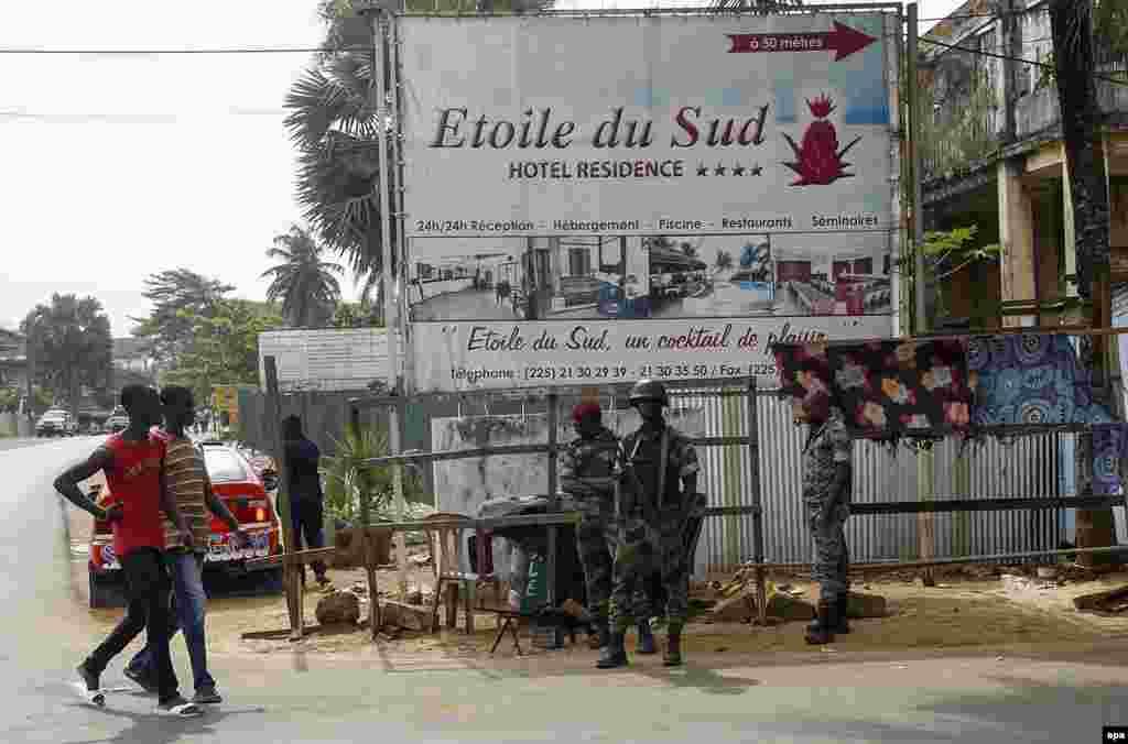 Des soldats montent la garde devant l'hôtel Etoile du Sud à Grand Bassam, Côte-d'Ivoire, le 13 mars 2016. epa/LEGNAN KOULA