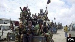 Militan Somalia, Al-Shabab, melakukan latihan militer di Mogadishu utara (foto: dok).