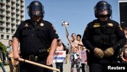 Decenas de personas forman muros humanos y barricadas en señal de protesta.