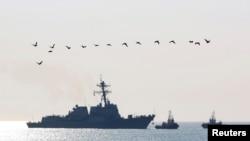 Kapal perusak misil AS, USS Truxtun, memasuki pelabuhan Varna di Laut Hitam, Bulgaria, 13 Maret 2014.