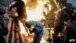 Demonstran terbakar dalam bentrokan dengan polisi, 20 Februari 2014 di Kyiv.