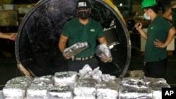 Anggota Lembaga Anti Narkotika Filipina (PDEA) mengumpulkan kantong-kantong berisi Methamphetamine Hydrochloride alias sabu-sabu yang disembunyikan dalam sebuah tabung baja. Manila, Filipina, 7 Agustus 2018 (foto: AP Photo/Aaron Favila)