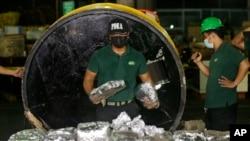 Seorang anggota Badan Penegakan Narkoba Filipina, PDEA, mengumpulkan paket Methamphetamine Hydrochloride yang mereka temukan tersembunyi di dalam sebuah tabung baja di salah satu penyalur narkoba terbesar di Manila, Filipina, 7 Agustus 2018. (Foto: dok).