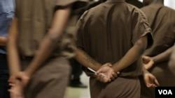 資料圖片- 紐約東河雷克島監獄里的囚犯們。重罪犯投票權問題在總統大選中被嚴重政治化。