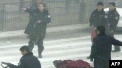 Cảnh sát và binh sĩ được bố trí trên toàn thành phố Llasa để ngăn ngừa xáo trộn