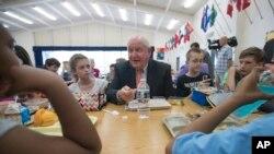 2017年5月1日,美国农业部长桑尼·珀杜在弗吉尼亚州利斯堡一所小学和学生一起进餐。