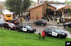 Policija i pripadnici drugih službi na mestu pucnjave u STEM Hajledns ranč školi, u predgrađu Denvera Hajlands ranč, Kolorado, 7. maja 2019.