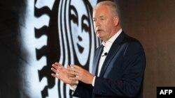 星巴克总裁兼首席执行官凯文·约翰逊2018年8月2日在上海的新闻发布会上讲话。阿里巴巴讲帮助星巴克把咖啡送货上门,在迅速升温的中国咖啡大战中,这两家全球零售业巨头联手。