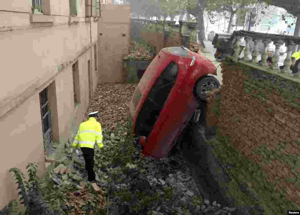 陕西省咸阳: 汽车穿墙掉坑 (2015年11月30日)