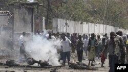 Cư dân tụ tập tại hiện trường vụ tấn công tự sát dọc theo một đường phố ở thủ đô Mogadishu, Somalia, ngày 4/10/2011
