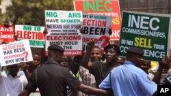 나이리지아 대선 연기 결정에 항의하는 시민들이 7일 수도 아부자에서 시위를 벌이고 있다.