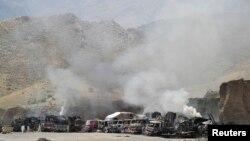 지난 9월 아프가니스탄에서 탈레반의 공격을 받은 나토군 보급 차량이 불타고 있다. (자료사진)