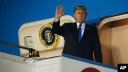2018年6月10日美國總統川普抵達新加坡的巴耶利峇空軍基地,招手致意,他將與北韓領導人金正恩舉行峰會。